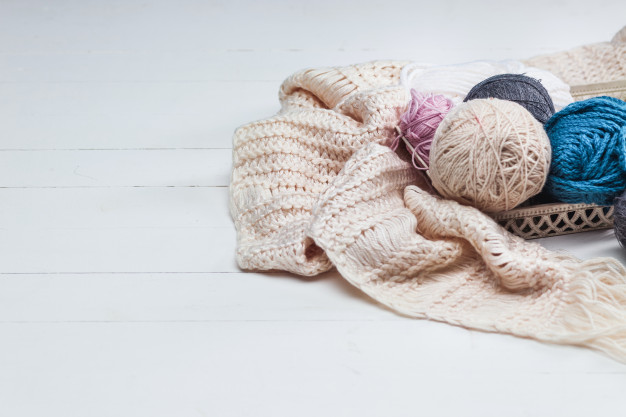 balls-wool-white-wooden-surface_155003-11507 – kópia