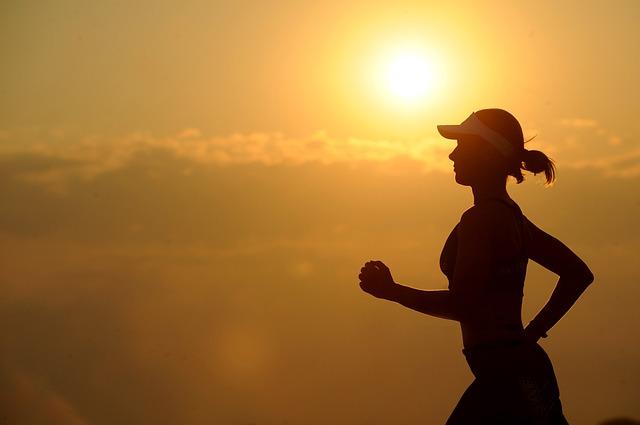 běžkyně při západu slunce
