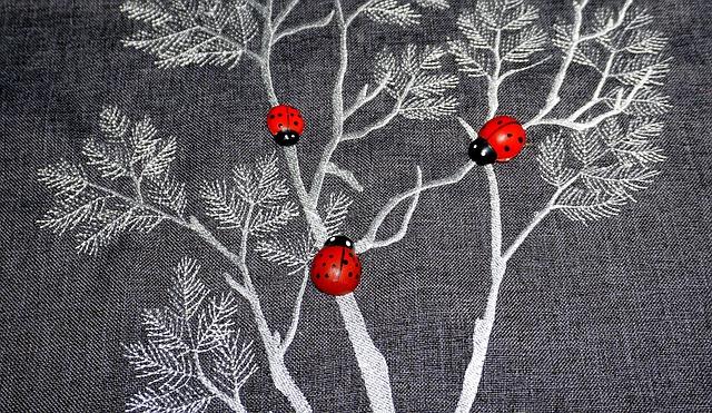 Berušky na stromě