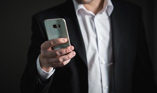 podnikatel s telefonem