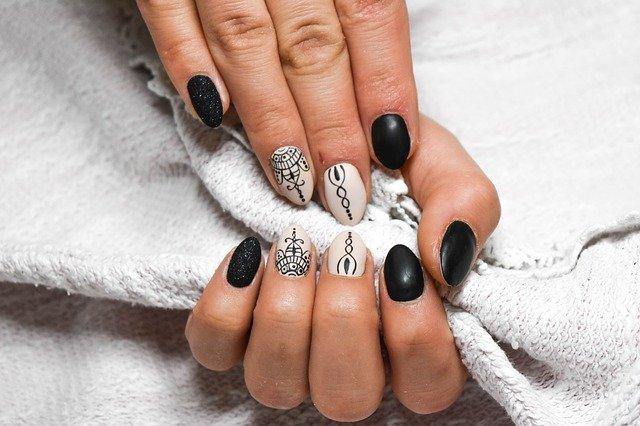 černobílé nehty