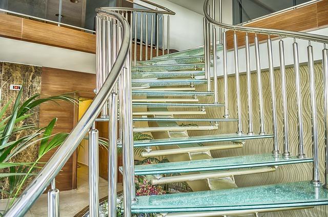 Sklenené schodisko v interiéri